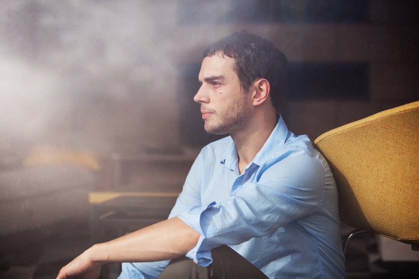 photo photos photography photographer photographers young man blurry sit sitting profile gaze blue shirt yellow