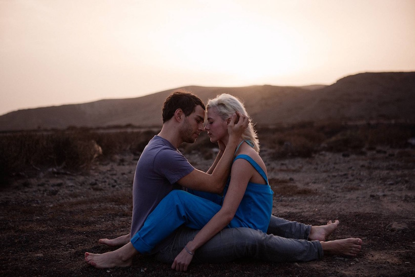 photo photos photography photographer photographers young woman man hill hills sundown blue kiss love touch hug sit sitting