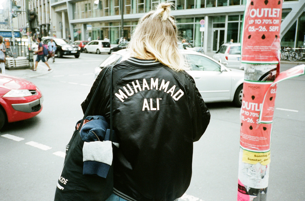 photo photos photography photgrapher photographers girl blonde muhammad ali city car cars street streets walk walking tote bag overcast cloudy backside