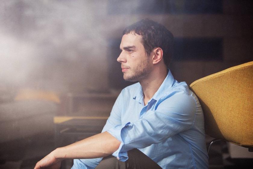 photo photos photography photographer photographers young man blurry sit sitting profile gaze blue shirt yellow