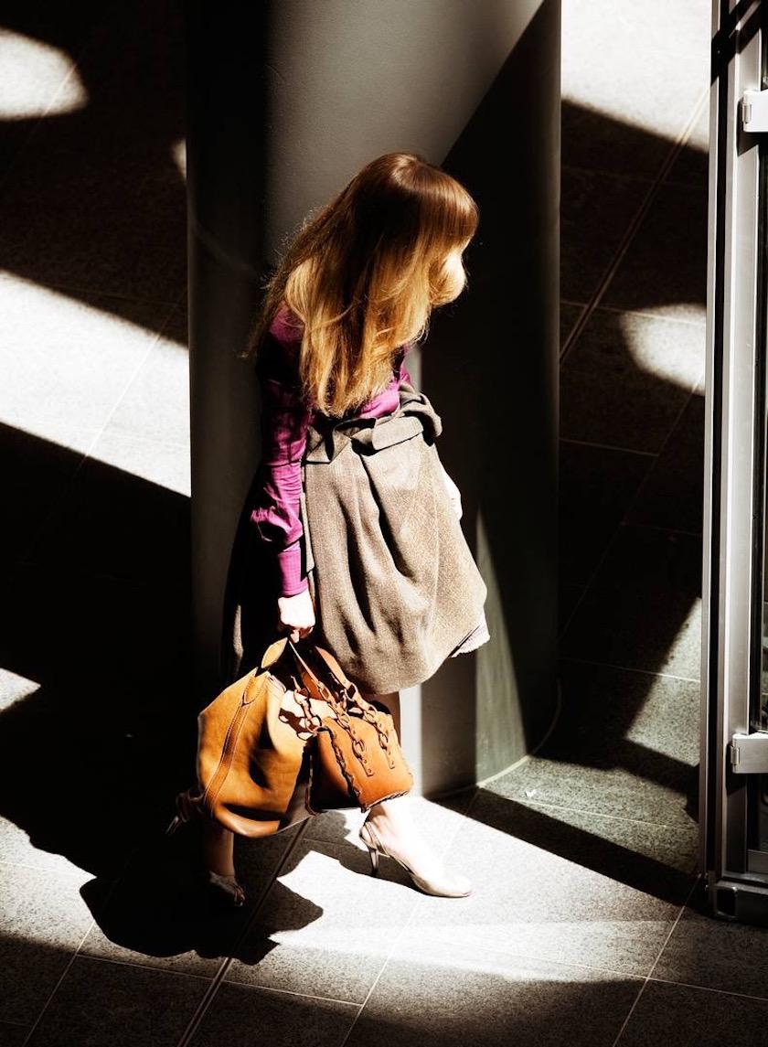 photo photos photography photographer photographers woman bag sun shadow pillar