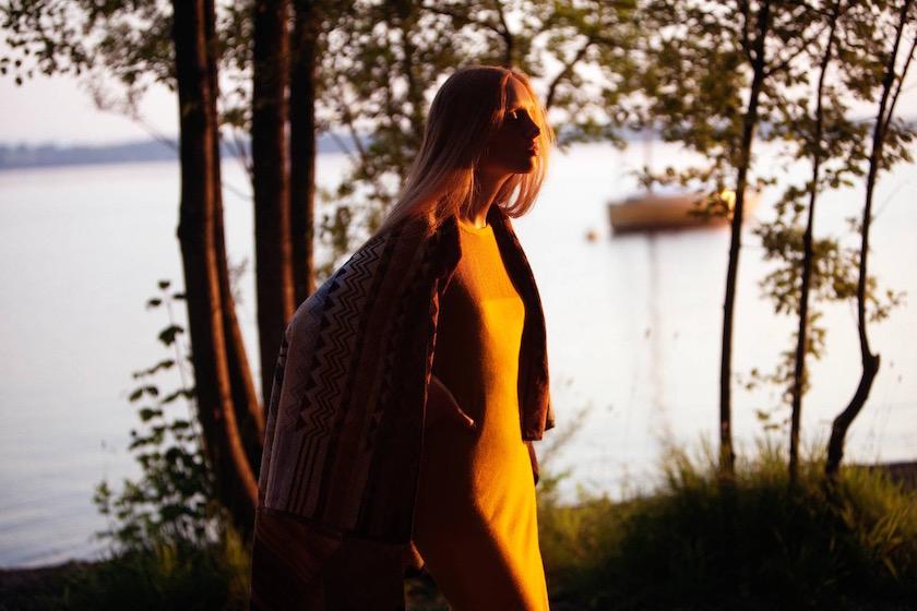 photo photos photography photographer photographers woman sun shadow lake blurry sea water sunset yellow blond