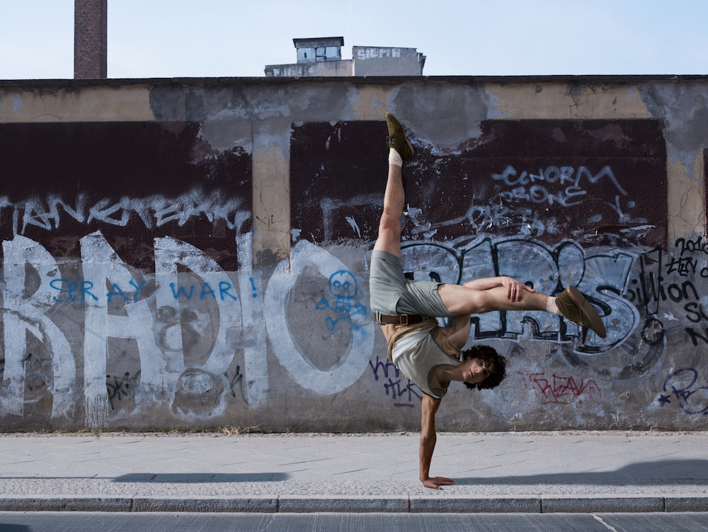 photo, photos, photography, photographer, photographers, graffiti, urban, street, sidewalk, man, men, breakdance, flexible, dance, dancing, breakdancing